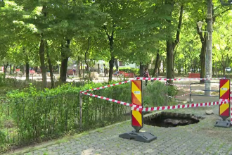 Mai multe străzi din Galați s-au surpat în urma ploilor căzute în ultima săptămână