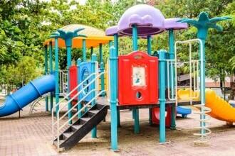 Temperaturi de aproape 60 de grade măsurate la nivelul instalaţiilor de joacă din parcuri, în Arad