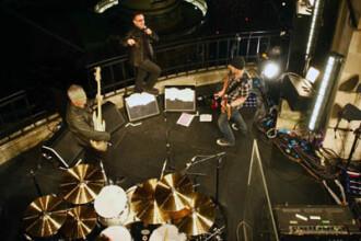 Baietii de la U2 au cantat de pe acoperis! Si-au promovat noul album
