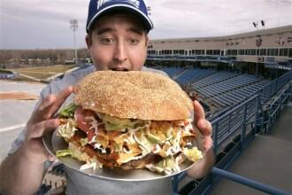 Ti-e foame rau? Ce-ai zice de un hamburger de 2 kilograme?
