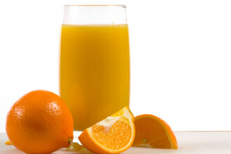 Sucul natural de fructe din recipientele de plastic ar putea fi cancerigen