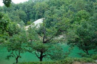 Unicat: Lacul Albastru, cel care isi schimba culoarea apei
