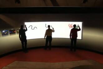 VIDEO. Cel mai mare ecran multi-touch 3D. Poate fi apasat in 100 de puncte