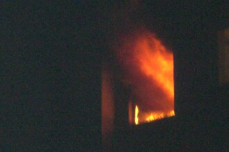 Incendiu violent in Capitala. Gunoaiele adunate intr-o casa au luat foc