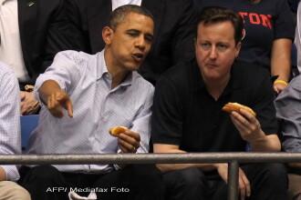 La un hotdog, in tribune, Obama si Cameron au schimbat pareri despre fotbal si baschet. FOTO
