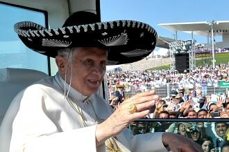 Imaginea zilei: Papa Benedict al XVI-lea a purtat sombrero la o plimbare cu papamobilul prin Mexic