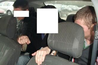 Doi talhari au fost retinuti dupa ce au amenintat cu un cutit un barbat caruia i-au furat cardul
