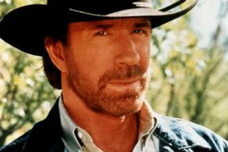 FOTO. Cum arata astazi Chuck Norris. Actorul, surprins de paparazzi pe o plaja din Hawaii