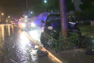 O furtuna puternica a pus la pamant mai multi copaci din Capitala. Patru masini au fost avariate