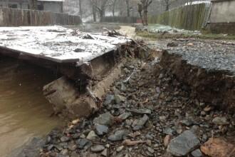 Ploile au inundat sute de hectare de terenuri in Arad si au afectat circulatia pe sase drumuri.VIDEO