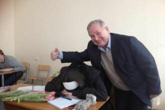 Cum s-a fotografiat un profesor cu eleva din ultimul rand care i-a adormit la ore. Toata clasa a ras