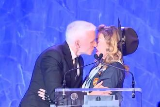 Imaginea care a facut inconjurul plantei. Cu cine s-a sarutat Madonna. FOTO si VIDEO