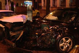 Accident alb-negru, in centrul Timisoarei. Doua masini s-au facut praf in toiul noptii