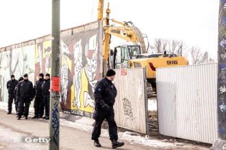 Distrugerea unui simbol: parti istorice din Zidul Berlinului, demolate pentru un proiect imobiliar
