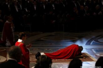 Imaginea zilei. Papa Francisc, in timpul rugaciunii din Vinerea Mare, in Basilica Sf. Petru