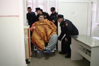 Barbatul din Iasi de peste 300 kg va fi operat. Tatal sau a construit un scaun cu rotile din fier masiv pentru transport