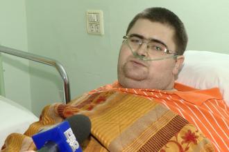 Barbatul care cantareste peste 300 de kilograme a ajuns la Spitalul din Timisoara, si va fi operat.