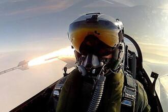 Cel mai tare selfie. Un pilot danez s-a pozat in aer in timp ce lansa o racheta. FOTO