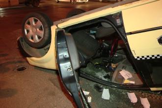 Taximetrist inconstient. Beat si fara permis a provocat un accident pe o sosea din orasul Bistrita