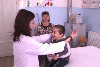 Asociatia OvidiuRo trimite fiecare copil la gradinita. 40 de voluntari au consultat, gratuit, copiii dintr-un sat sibian