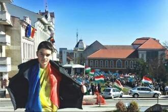 Baiatul cu tricolorul din Sfantu Gheorghe a depus plangere la politie. Amenintarile pe care le-a primit de la etnici maghiari
