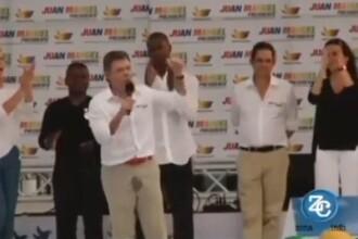Momentul in care presedintele Columbiei urineaza pe el, in timpul unui discurs din campania electorala. VIDEO