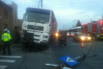 Un tir a facut praf un semafor si un indicator stradal. Circulatia a fost ingreunata pe Bulevardul Liviu Rebreanu. FOTO