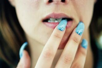 Medicii i-au amputat varful unui deget dupa o infectie provocata de lipiciul de la unghiile false