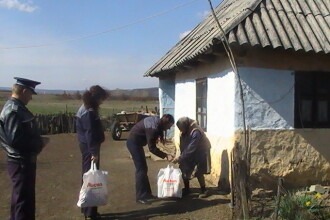 Actiune umanitara la Arinis. Politistii au oferit cadouri familiilor nevoiase