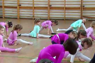 Cluburile private, o noua moda printre copiii din Romania. Cat e taxa pentru ca micutii sa invete canto, dans sau pictura