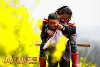 Gest induiosator in China. O femeie isi duce nepoata, care e bolnava, la scoala in fiecare zi carand-o in spate. FOTO