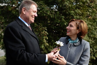 Klaus Iohannis i-a oferit sotiei un buchet de ghiocei. Mesajele de Martisor ale lui Victor Ponta si Traian Basescu