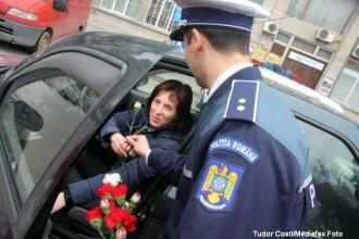 Martisoare, flori si recomandari. Cadourile oferite de poltisti, de 1 Martie, femeilor din trafic