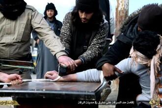Imagini tulburatoare cu momentul in care jihadistii din Statul Islamic ii taie o mana unui tanar acuzat de furt