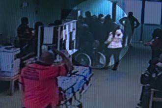 I-au rupt piciorul medicului care le-a tratat ruda. Incident violent surprins de camere la Spitalul de Urgenta Prahova