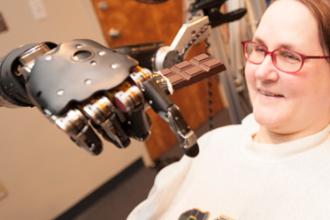 O femeie paralizata a pilotat un avion militar, intr-un simulator de zbor, folosindu-se doar de puterea mintii