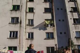 Un copil de 4 ani din Arad a fost la un pas de moarte, dupa ce a cazut de la etajul doi. Baiatul fusese lasat nesupravegheat