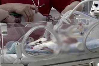 Cazul bebelusului din Zarnesti lasat sa cada pe jos, la nastere, se complica. Ce au aflat medicii care ingrijesc acum copilul