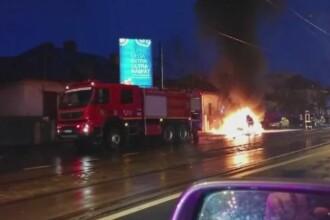 Scene dramatice in traficul din Bucuresti. O masina a luat foc in mers: gestul unui bunic, care i-a salvat nepoatei lui viata