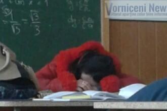 Profesoara de matematica din judetul Botosani, fotografiata in timp ce dormea cu capul pe catedra la ora de curs