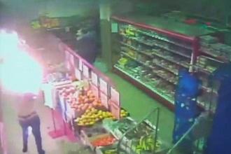 Camerele de supraveghere dintr-un supermarket din Rusia au surprins momentul socant in care un barbat ii da foc fostei sotii