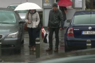 Zilele ploioase, cosmarul celor din Capitala. Pietonii fac slalom printre balti, iar soferii ii stropesc cu fiecare ocazie