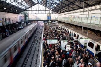 Tragedie la metroul londonez. Un barbat a murit calcat de tren in timp ce incerca sa-si salveze fratele care cazuse pe sine