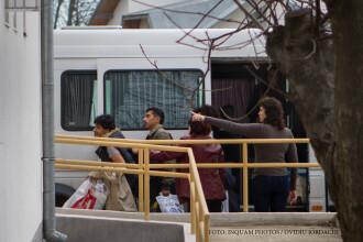 15 refugiati din cotele impuse de UE au ajuns in tara noastra. Localnicii au protestat in strada: