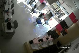Salon de coafura, din Drumul Taberei, atacat cu un pistol cu bile. Imaginile surprinse de camera de supraveghere