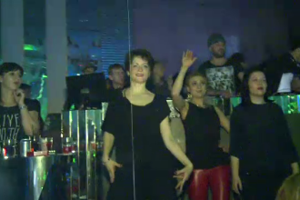 Femeile din Capitala au invadat cluburile la petrecerile de 8 martie. S-au distrat alaturi de dansatori si au filmat momentul