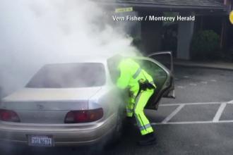 Momentul in care un pompier din California a salvat doi copii dintr-o masina care a luat foc