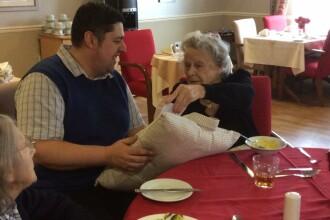 O bunica bolnava, care suferea enorm dupa moartea sotului ei, a primit un cadou. Reactia ei i-a facut pe toti sa planga