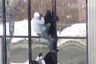 Imaginile spectaculoase in care doi detinuti evadeaza dintr-o inchisoare canadiana. Ce metoda au folosit