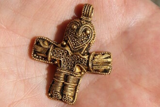 Un barbat a gasit un crucifix care ar putea schimba istoria crestinismului. De ce este important acest obiect de aur